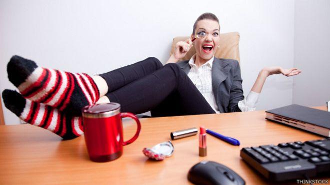 Una empleada con los pies en el escritorio y otros hábitos molestos