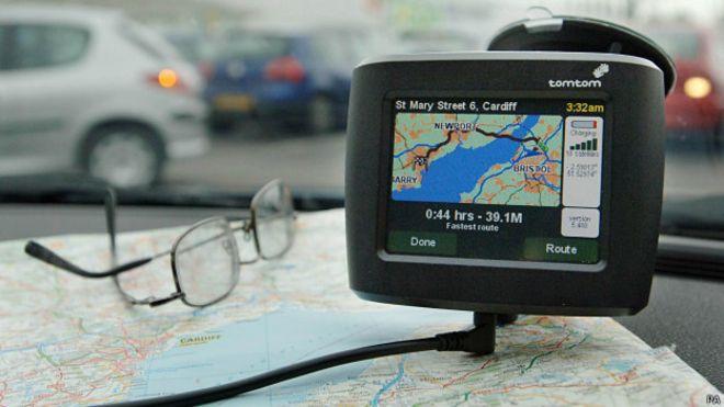 Sistema de navegación satelital y un mapa