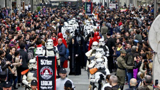 Celebracion en la calle de la Guerra de las Galaxias