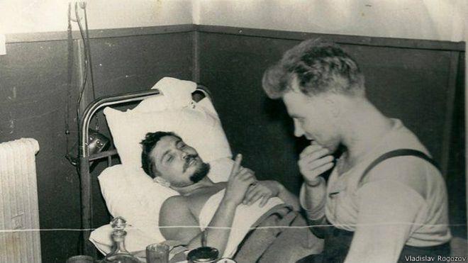 Leonid Rógozov en la cama, hablando con su amigo Yuri Vereschagin, en la base de Novolazarevskaya.
