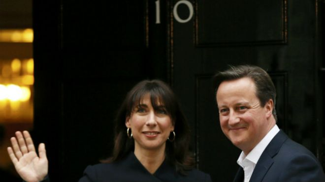 David Cameron y su esposa de regreso en Downing Street