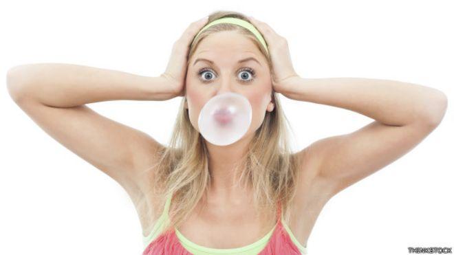 Mujer mascando chicle