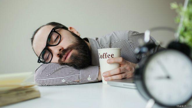 Resultado de imagen para persona en oficina dormida