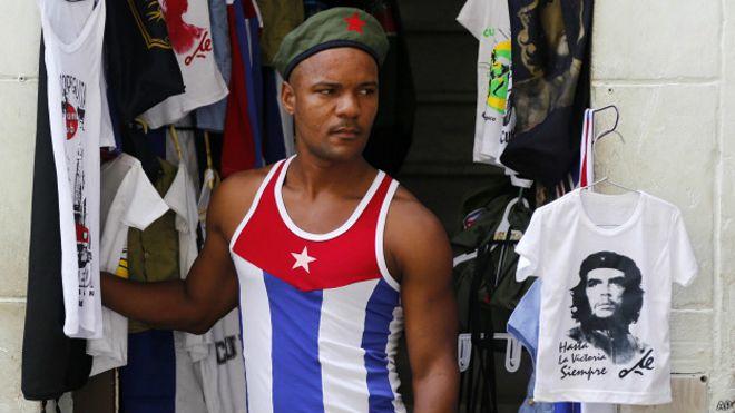 Ciudadano cubano vende camisetas del Che Guevara en La Habana
