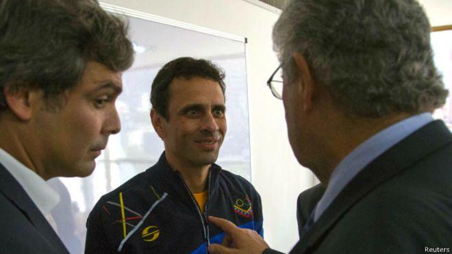 Capriles (centro) com os senadores Roberto Requião e Lindbergh Farias, na quinta-feira (Reuters)