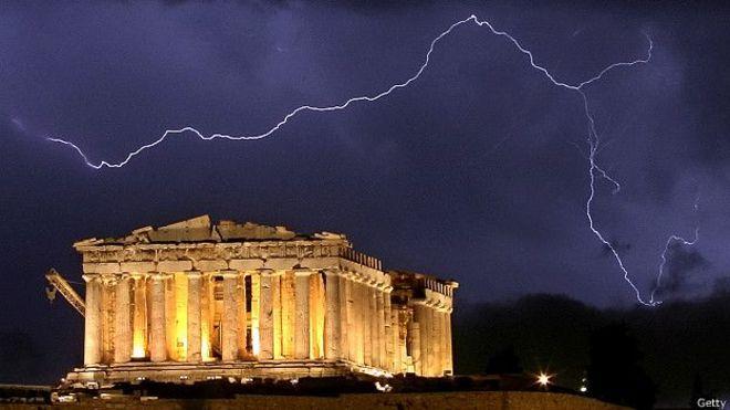 Un relámpago ilumina el Partenón en Atenas.