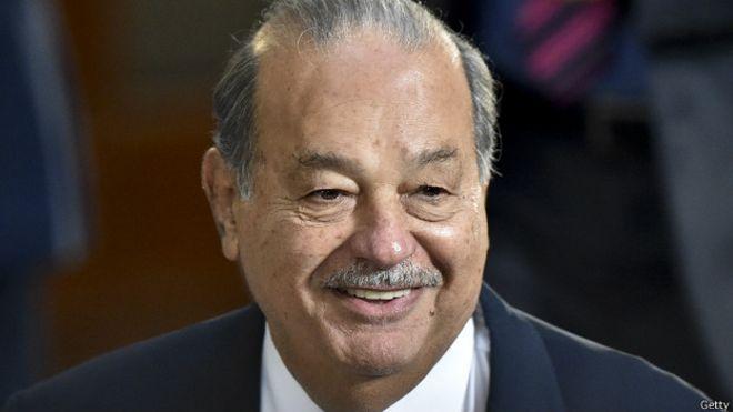El multimillonario mexicano Carlos Slim sonríe.