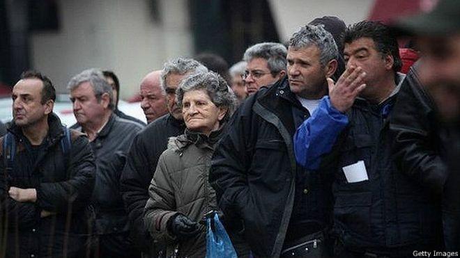 Griegos haciendo una fila