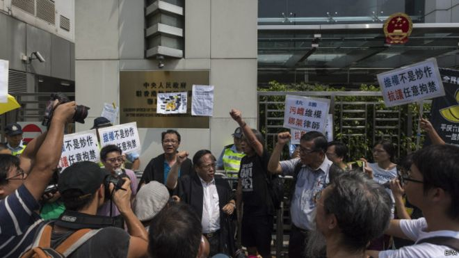 """香港支联会何俊仁及立法会议员""""长毛""""在中联办门前示威"""