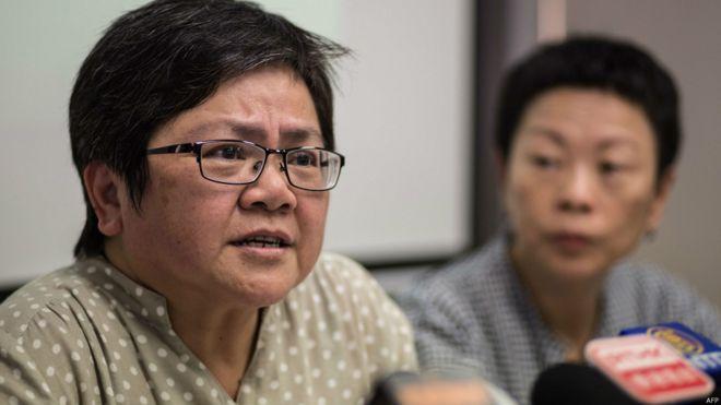 香港记协主席岑倚兰(左)介绍港记协言论自由年报(12/7/2015)