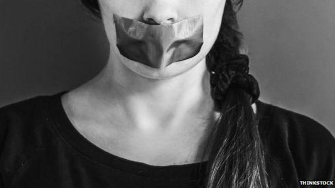 Mujer con boca tapada