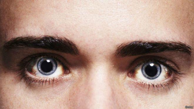 Unos ojos que miran fijamente