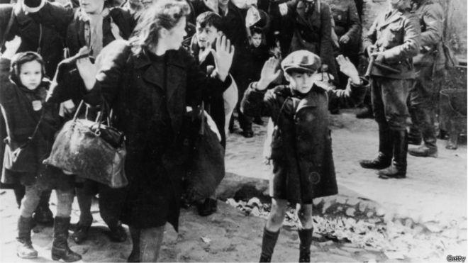 Judíos del Gueto de Varsovia se rinden ante la llegada de los soldados alemanes. Niño en primer plano levanta las manos en señal de rendición.