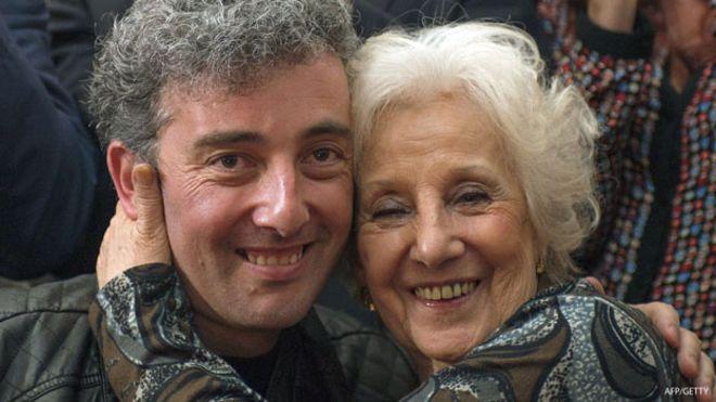 Ignacio Montoya abraza a Estela de Carlotto, su abuela