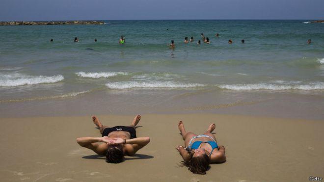 Exponerse al sol en la playa