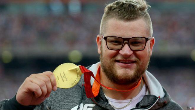 Boludo total: Pagó el taxi con su medalla dorada