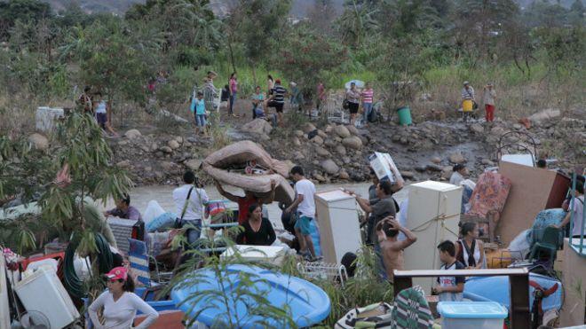 Colombianos cruzan el río Táchira