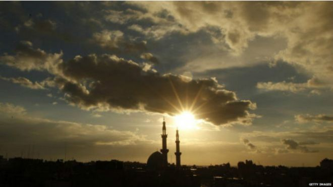التحقيق مع مؤذن مصري لاتهامه بإضافة كلمة فيسبوك إلى أذان الفجر
