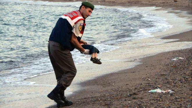 土耳其警察抱起溺斃幼童遺體