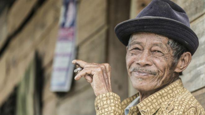 Ancianno fumador sonriendo