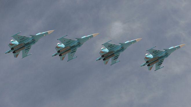 Aviones rusos Su-34 en un vuelo de demostración.