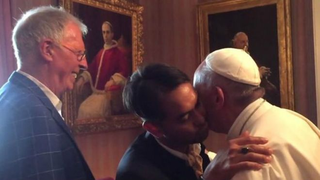 El papa saluda a Yayo Grassi y a su novio