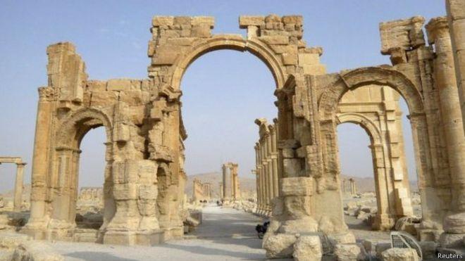 تنظيم الدولة الاسلامية يُفجر قوس النصر الاثري في مدينة تدمر في سوريا