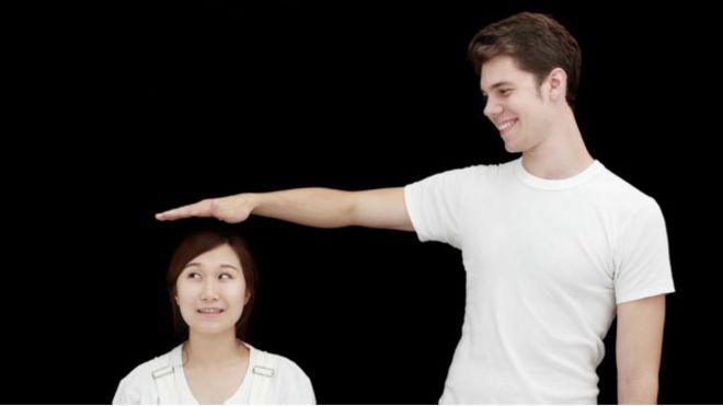 Un hombre alto y una mujer baja