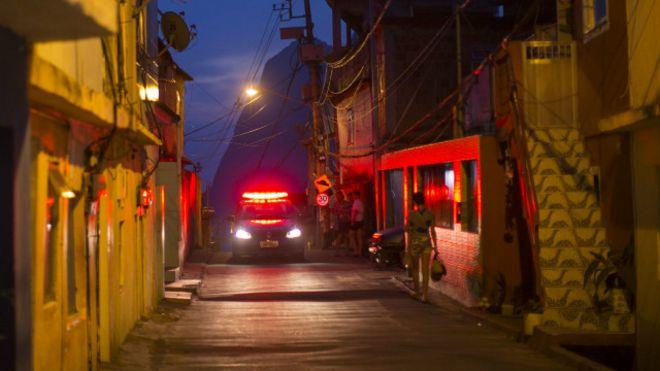 Carro de polícia patrulha Vidigal, no Rio (Foto: Felipe Dana/AP)