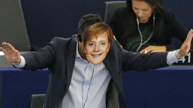 البرلمان الأوروبي يعاقب نائبين لأدائهما التحية النازية
