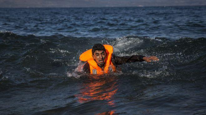 حرس الحدود اليوناني ينقذ 240 مهاجرا بعد غرق قاربهم