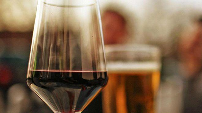 Una copa de vino y un vaso de cerveza
