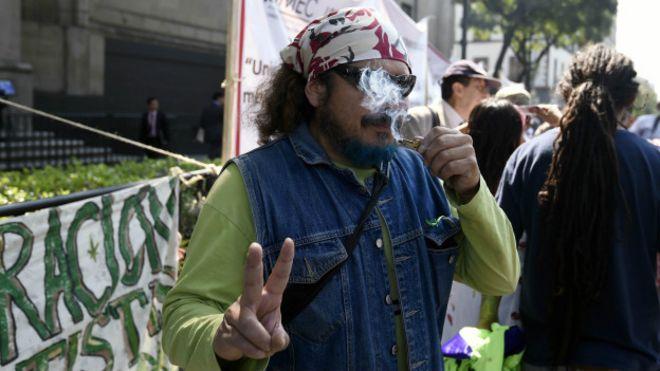 Un manifestante fuma marihuana frente a la Corte Suprema