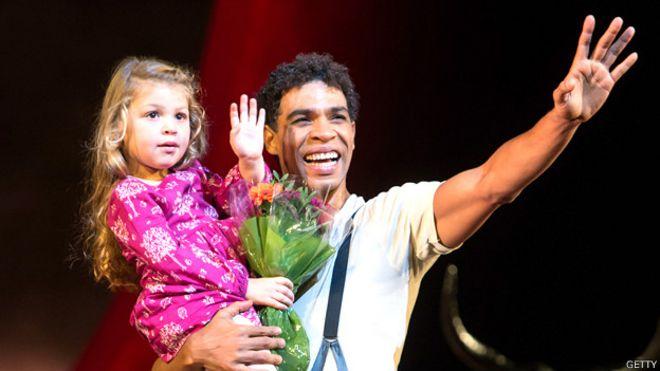 Carlos Acosta con su hija Aila