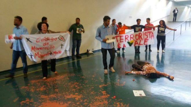 Uma Piada Brasileira: Manifestantes jogam lama no Congresso e são presos por 'crime ambiental'