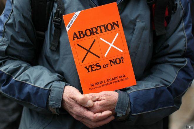 Ley de aborto de Irlanda del Norte viola los derechos humanos, dice Tribunal Supremo