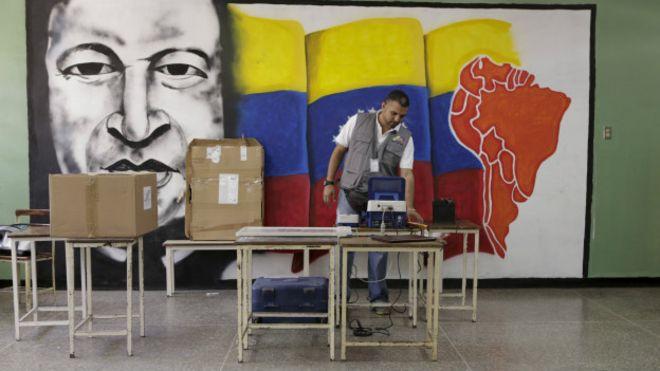 Chavez en puesto de votación