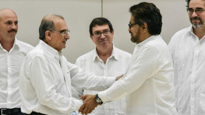 Negociadores del gobierno de Colombia y FARC al momento de hacer el anuncio.