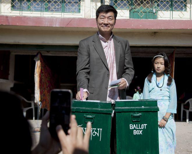 洛桑桑蓋(左)在女兒陪同下於印度達蘭薩拉投票(19/3/2016)