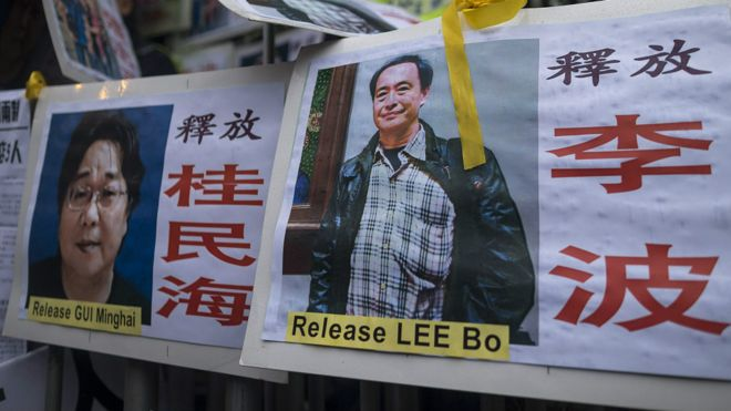 香港民主派示威者留在中联办外的李波(右)与桂民海(左)标语牌(10/1/2016)