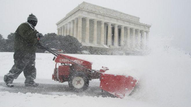 Un trabajador limpia la nieva cerca del Lincoln Memorial