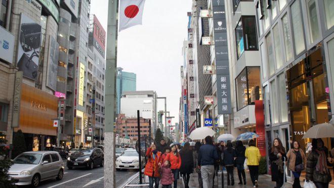東京繁華商業區銀座多了不少看來是自由行的閒遊中國遊客。