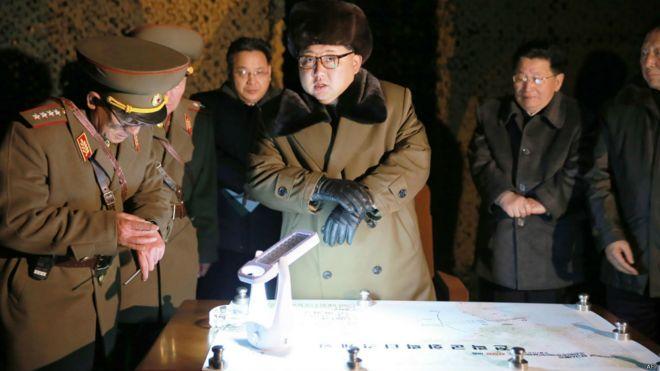 金正恩观摩弹道导弹火箭发射训练(11/03/2016)。