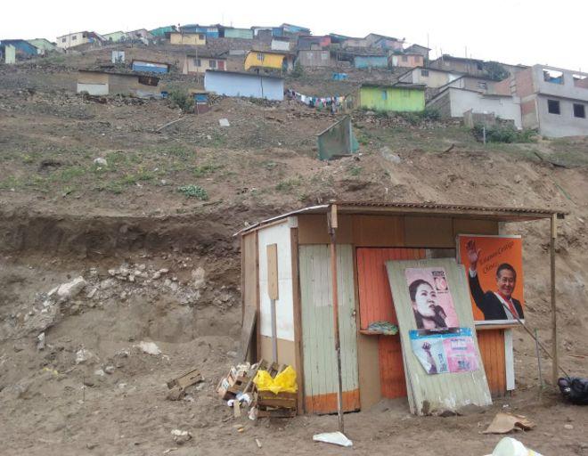 Zona pobre del Perú con propaganda electoral