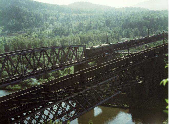 Поезд пересекает мост на Транссибе