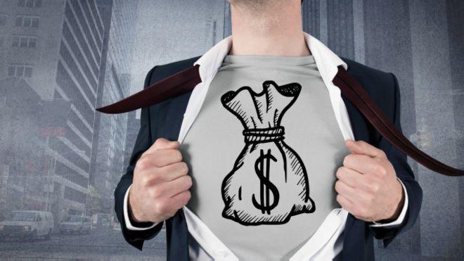 Una persona se abre una camisa bajo la cual hay una camiseta con el símbolo de dólar