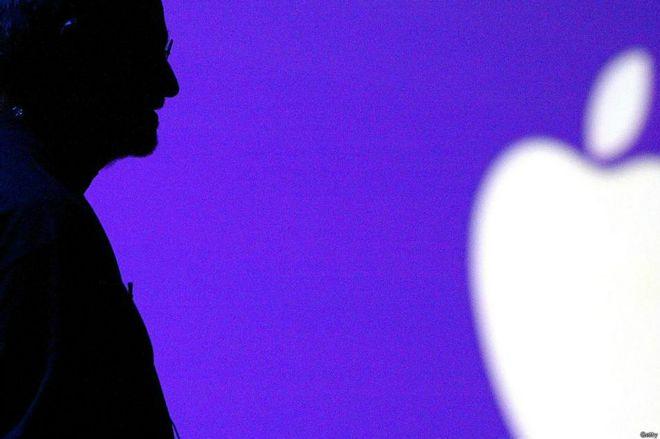 Steve Jobs y la silueta del logo de Apple