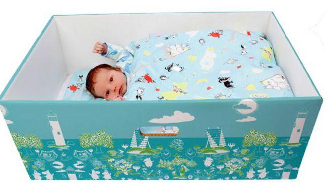 Un bebés en una caja
