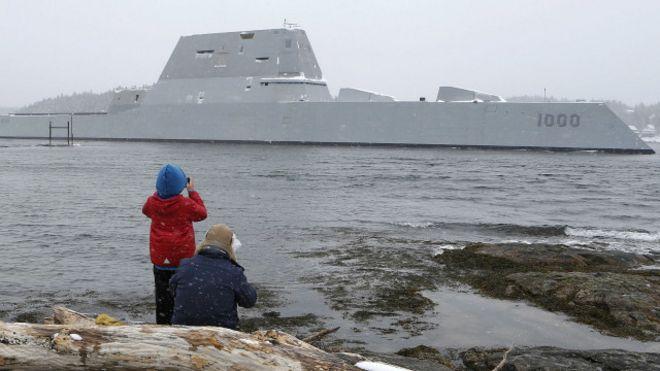 El buque Zumwalt durante una prueba el pasado 21 de marzo en las aguas del río Kennebec, en el estado de Maine, al noreste de EE.UU.