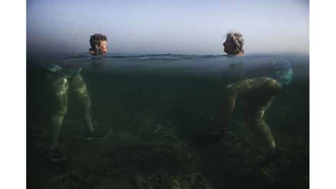 Dos mujeres en una playa de La Habana, Cuba